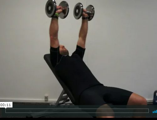 Skrå siddende pres med håndvægte